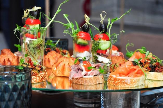 Leckere snacks auf glas am buffet in einem restaurant