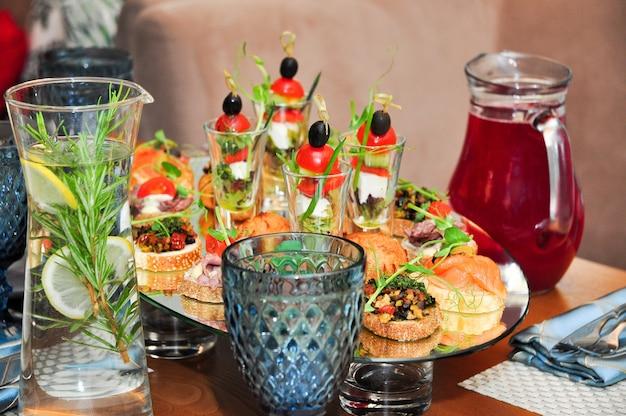 Leckere snacks und getränke am buffet im restaurant