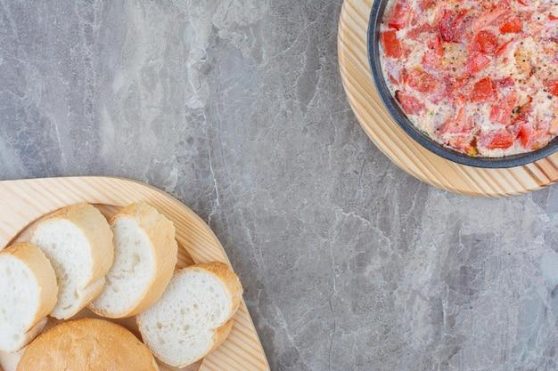 Leckere spiegeleier mit tomaten, gemüse und weißbrot. foto in hoher qualität