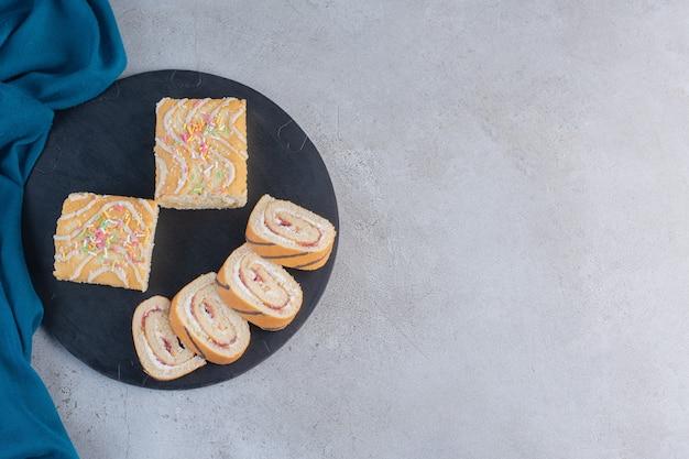 Leckere süße brötchen mit vanillegeschmack auf schneidebrett.