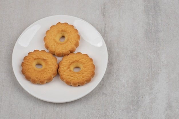 Leckere süße kekse auf weißem teller.