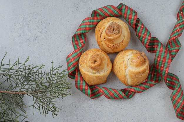 Leckere süße kekse mit festlicher schleife