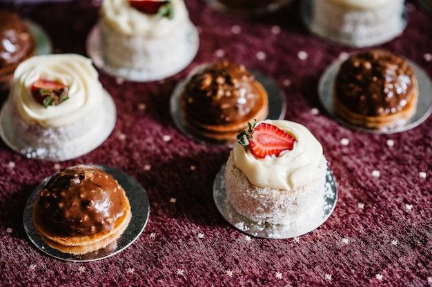 Leckere süße schokoladen- und vanillekuchen mit erdbeeren