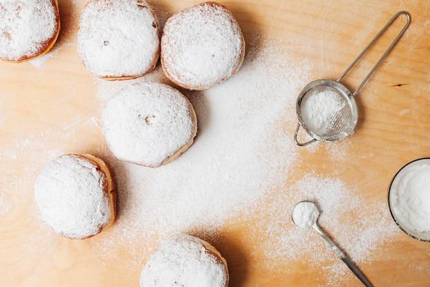 Leckere süßigkeiten der draufsicht auf einem tisch