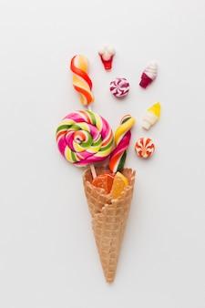 Leckere süßigkeiten in einer eistüte