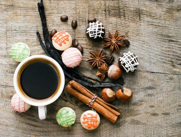 Leckere süßigkeiten und gewürze bei einer tasse kaffee.