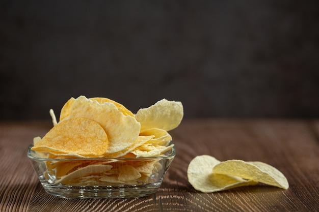 Leckere süßkartoffelchips in der schüssel