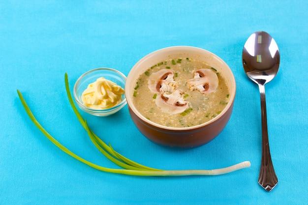 Leckere suppe auf blauem tischtuch