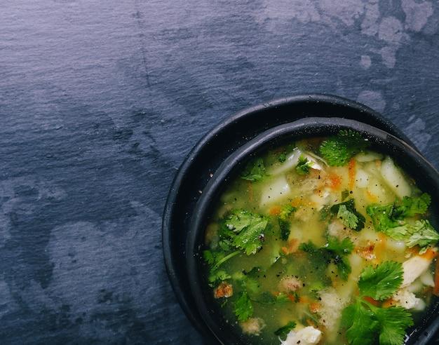 Leckere suppe auf schwarzer schüssel