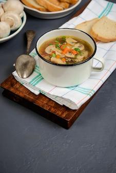 Leckere suppe in der pfanne über grauer oberfläche. nahansicht. speicherplatz kopieren.
