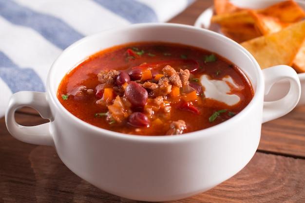 Leckere suppe mit bohnen, knoblauch und frischen tomaten