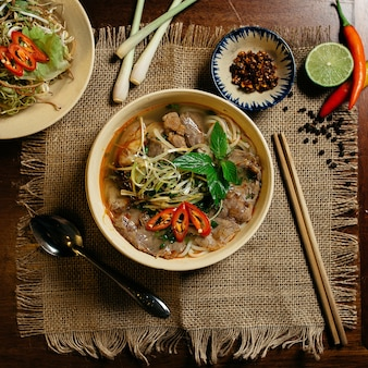 Leckere suppe mit fleisch und nudeln in einer weißen schüssel