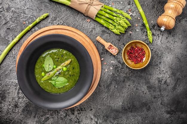 Leckere suppe mit spargel in keramikschale