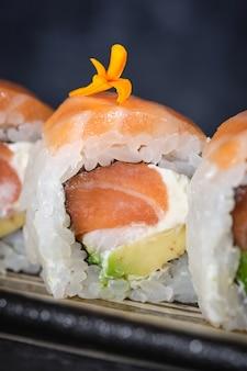 Leckere sushi-pies mit lachs-avocado und käse