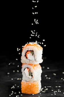 Leckere sushi-rollen auf dem schreibtisch