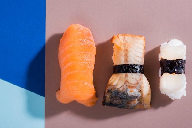 Leckere sushi-rollen auf dem tisch