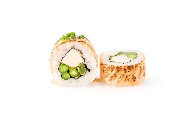 Leckere sushi-stücke auf reinweißem hintergrund