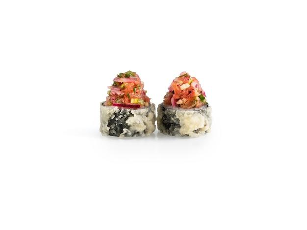 Leckere sushi-stücke auf weißem hintergrund