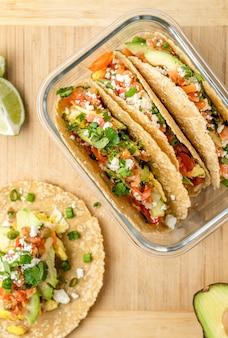 Leckere tacos auf einem holzbrett