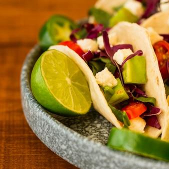 Leckere tacos auf teller mit limette