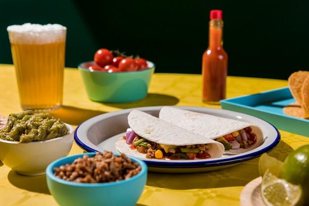 Leckere tacos auf telleranordnung