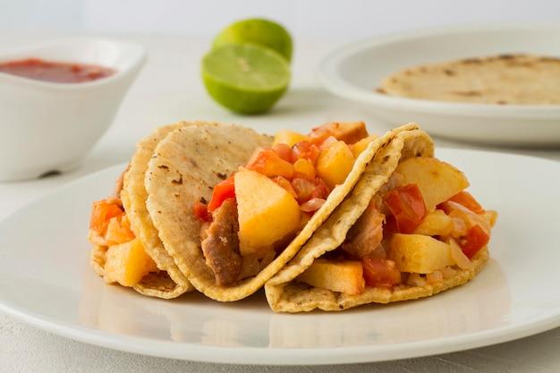 Leckere tacos auf weißem teller