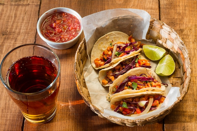 Leckere tacos im korb hohen winkel