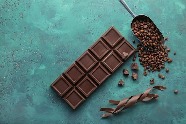 Leckere tafel schokolade, späne und kaffeebohnen auf dem tisch