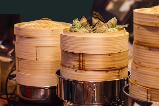 Leckere thailändische street food-küche, zongzi (klebrige reisknödel, ba-chang)