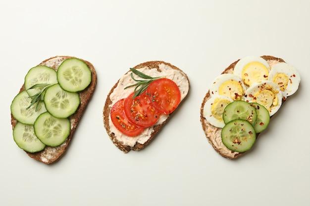 Leckere toasts mit unterschiedlichem belag isoliert