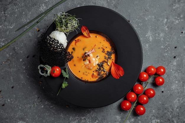 Leckere tom yum suppe mit garnelen und kokosmilch.