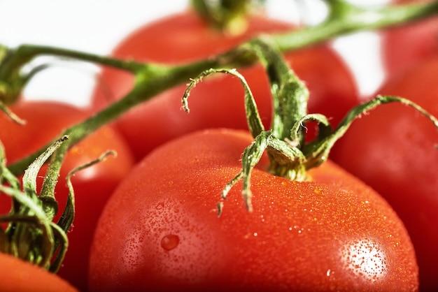 Leckere tomaten auf einem schneidebrett, sommerzeit