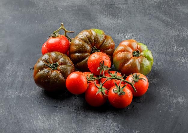 Leckere tomaten auf grungy grauer wand, hohe winkelansicht.