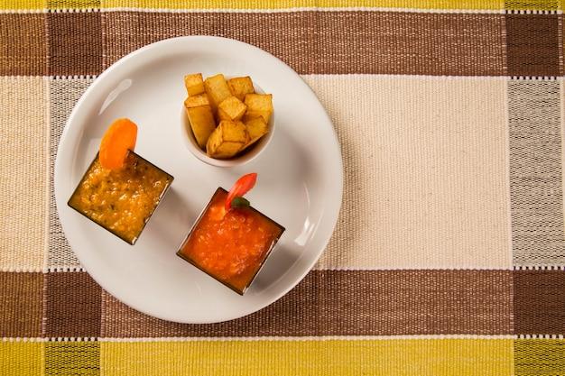 Leckere tomatensauce und karotten und pommes.