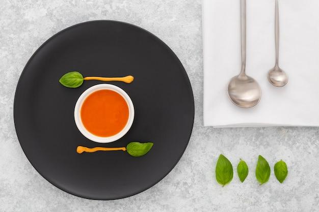 Leckere tomatensuppe zum servieren bereit