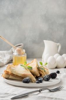 Leckere traditionelle russische pfannkuchen, honig. frühling. fastnacht.