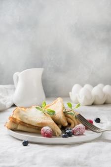 Leckere traditionelle russische pfannkuchen mit heidelbeeren. regionales essen.