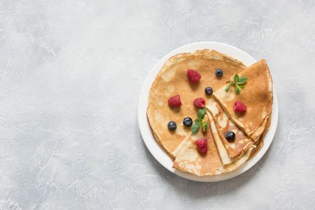 Leckere traditionelle russische pfannkuchen oder blini. frühling. fastnacht.