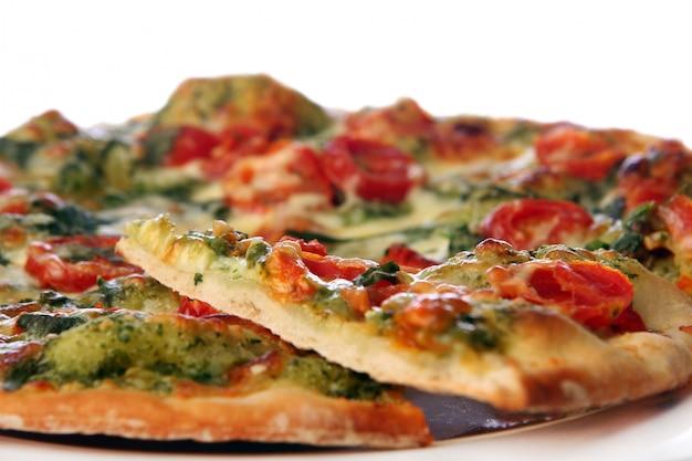 Leckere und frische salami-pizza