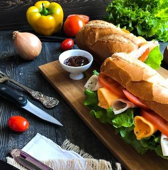 Leckere und leckere sandwiches mit pute, schinken, käse, tomaten