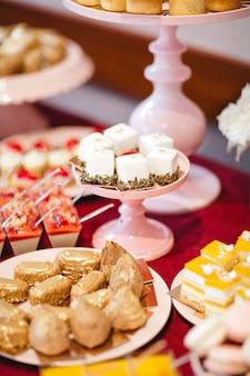 Leckere und raffinierte süßigkeiten, um die feiertage zu feiern