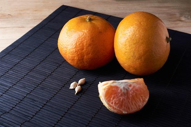 Leckere und schöne mandarinen. geschälte mandarinen- und mandarinenscheiben