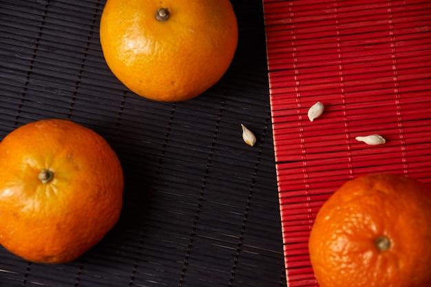 Leckere und schöne mandarinen. geschälte mandarinenorangen- und mandarinenorangenscheiben auf einer dunklen oberfläche. citrus oberfläche