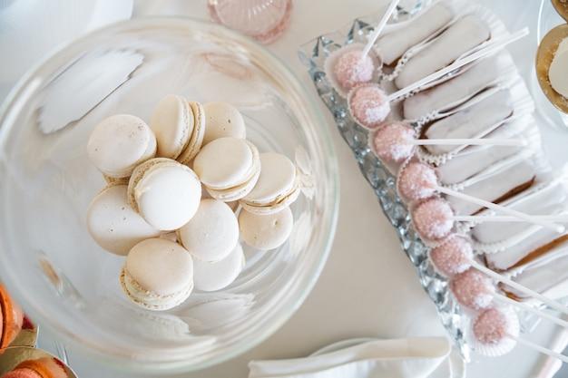 Leckere und süße süßigkeiten auf einem schönen tisch