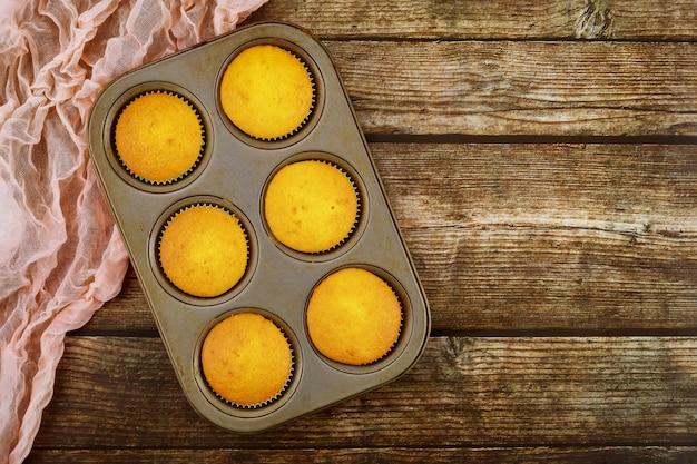 Leckere vanille-cupcakes im ofenstift.