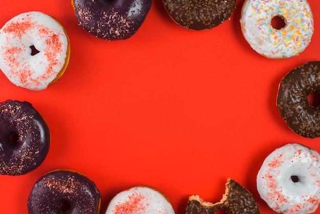 Leckere verschiedene schokolade gebissene donuts mit bunten streuseln