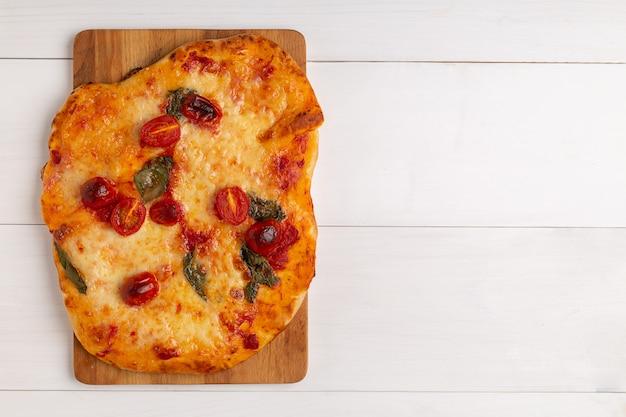 Leckere vorspeise im sommer: vegetarische pizza mit gegrilltem gemüse und frischkäse