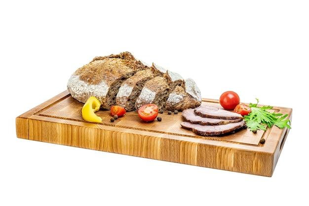 Leckere vorspeisen für wein oder einen snack - schinken, feigen, brot, käse auf einem rustikalen holzschneidebrett