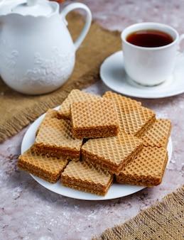 Leckere waffeln und eine tasse kaffee zum frühstück, draufsicht