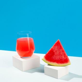 Leckere wassermelonenscheibe und saftglas
